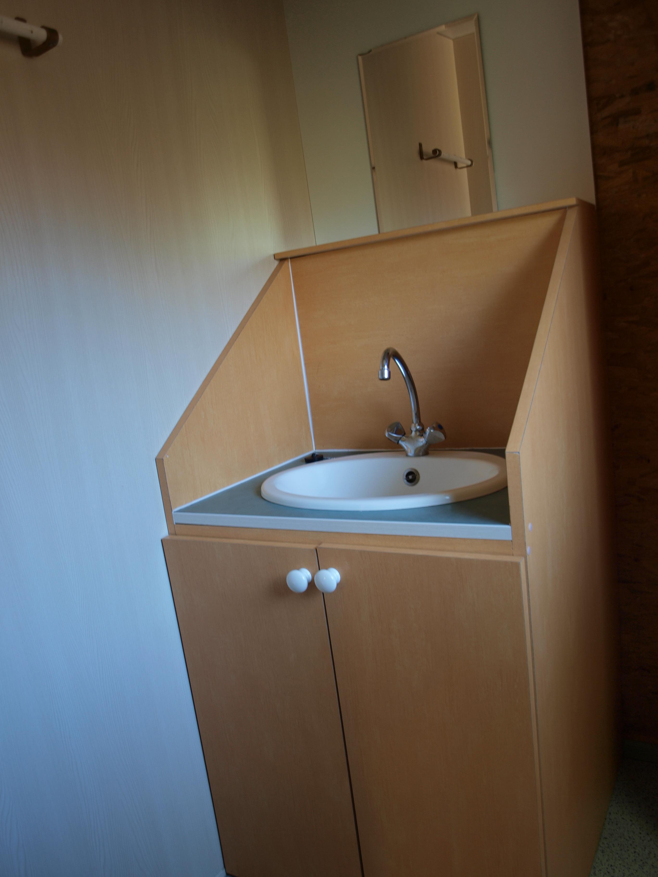 Lavabo Personne Mobilité Réduite châlet pour 4 personnes, wc et lavabo - camping 3 étoiles la